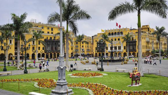 Algunos espacios emblemáticos de la ciudad como la Plaza de Armas (foto) y el Campo de Marte se mantienen restringidos. No podemos ni acercarnos y mucho menos caminar en ellos, señala la columnista.