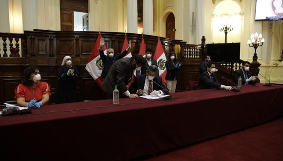Merino firmó en presencia de voceros y miembros de la Mesa Directiva. (Anthony Niño de Guzmán/GEC)