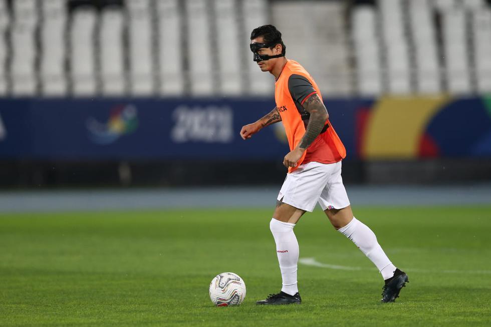 El delantero nacional saltó al campo con una máscara en la nariz. (Foto: GEC)