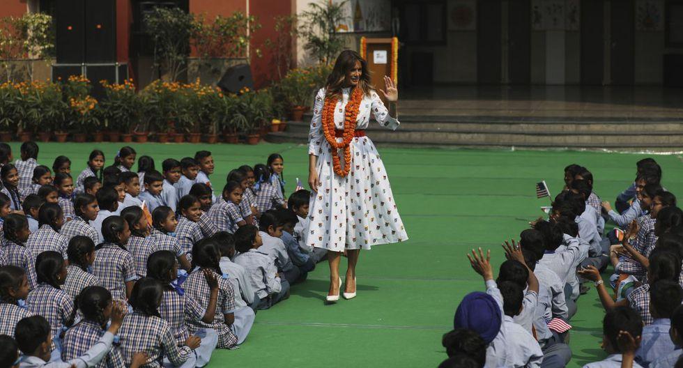Captura del saludo de Melania Trump a los niños de una escuela en Nueva Delhi. El matrimonio Trump se va de India el martes por la noche. (Reuters).