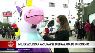 Mujer asiste a centro de vacunación disfrazada de unicornio