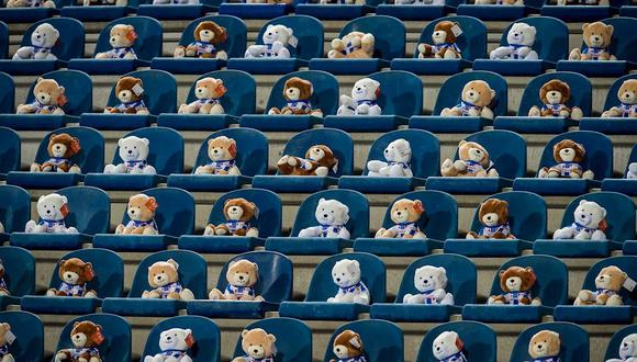 Heerenveen llenó su tribuna de osos de peluche para ayudar a la lucha contra el cáncer infantil. (Foto: EFE)