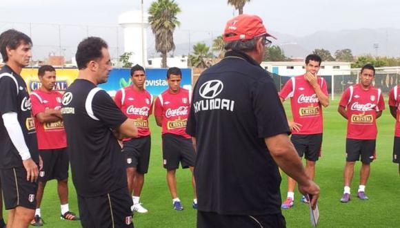 Palacios escucha atento las indicaciones del profe Markarián. (Twitter)