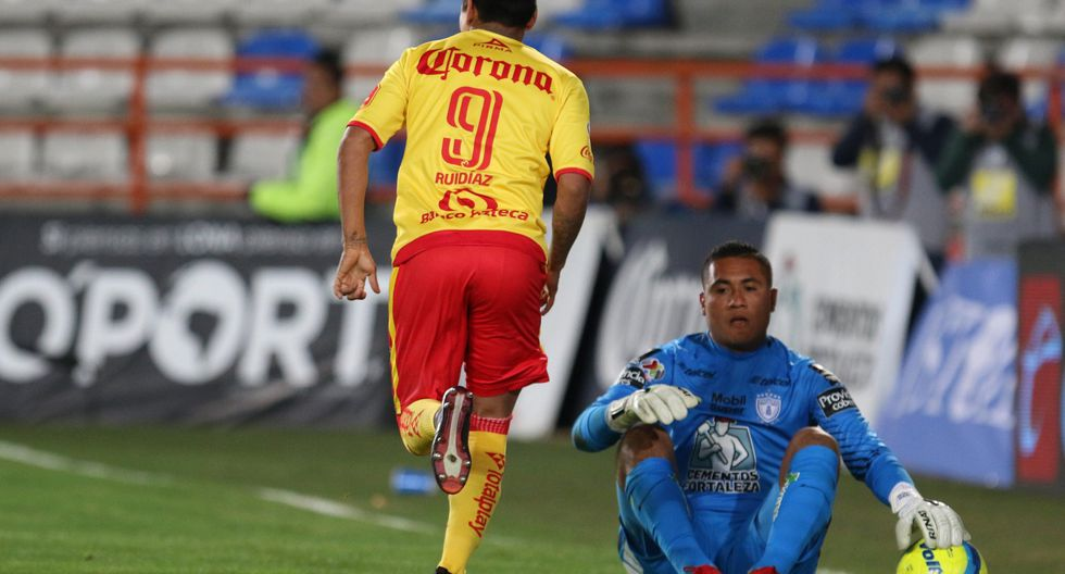 Ruidíaz encandila a propios y extraños tras el golazo que anotó para sentenciar el triunfo de Morelia sobre Altas. (EFE)