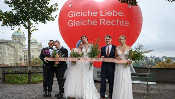 Parejas posan durante un evento fotográfico durante el referéndum nacional sobre el matrimonio entre personas del mismo sexo, en la capital suiza, Berna, el 26 de septiembre de 2021. (Foto: Fabrice COFFRINI / AFP)