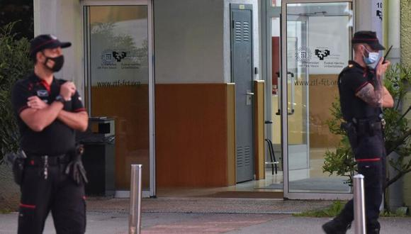 """La policía vasca informó que ha """"desaparecido la situación de riesgo"""", aunque sigue habiendo un dispositivo policial importante. (Foto: EFE)"""