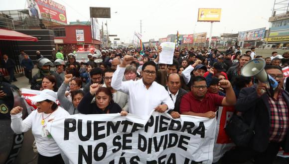 """Residentes de las jurisdicciones de Puente Piedra, Ancón y Santa Rosa se encuentran en el  puente peatonal """"Los Sauces"""" en la Panamericana Norte. (Foto: Referencial/GEC)"""