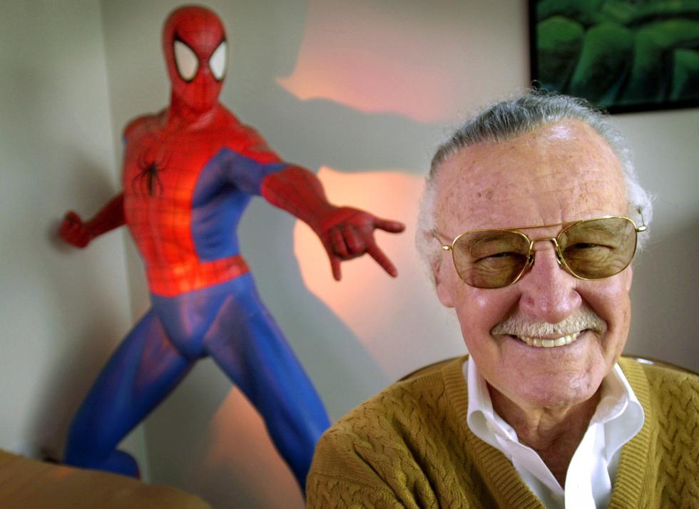 Stan 'The Man' Lee al lado de una de sus creaciones más importantes: Spider-man (AP).