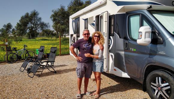 Martyn e Isabel, una pareja del Reino Unido que pasa los inviernos viajando por Europa. La pandemia los cogió en marzo de 2020 en el Algarve (Foto: Paula Fernández/EFE)