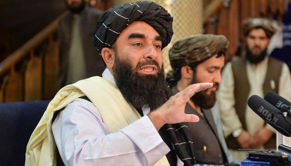 El portavoz de los talibanes, Zabihullah Mujahid (izq.), habla durante una conferencia de prensa en Kabul, Afganistán, el 17 de agosto de 2021. (Hoshang Hashimi / AFP).