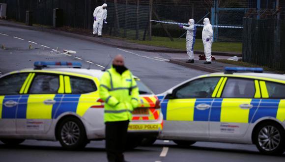 Los agentes forenses de la policía trabajan fuera de la planta farmacéutica de Wockhardt en Wrexham, Reino Unido. (REUTERS / Phil Noble).