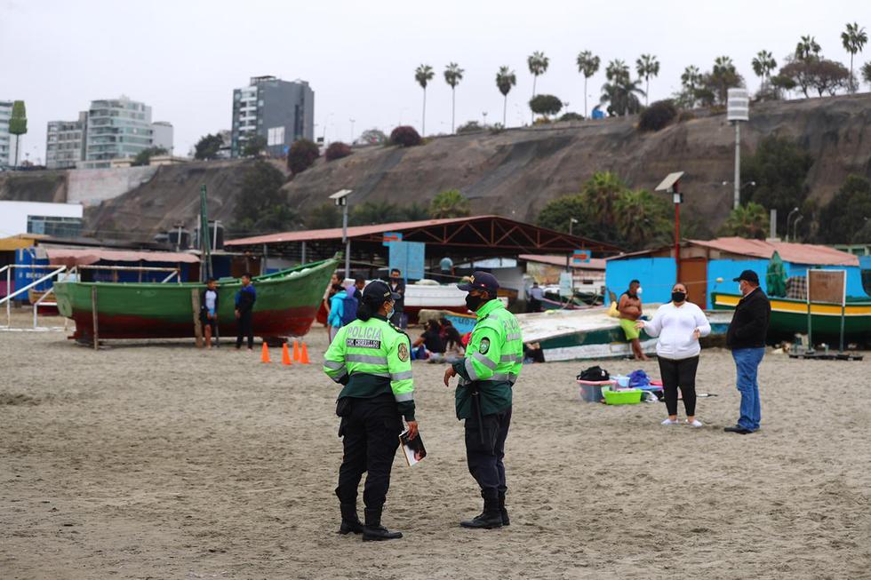 Pese a ser un grupo mínimo, los agentes policiales pidieron a los asistentes que se retiren a sus viviendas. (Fotos: Hugo Curotto/ @photo.gec)