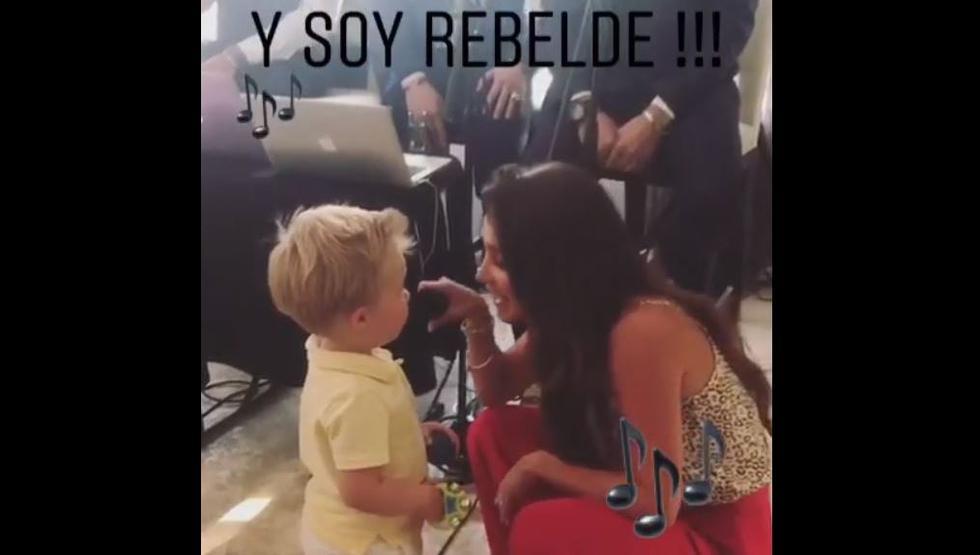 En las imágenes, el bebé toma el micrófono y pronuncia un verso de la famosa canción 'Y soy rebelde'. Para finalizar, Anahí selló el especial momento, dandole un beso a su hijo. (Instagram)