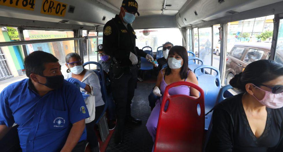 Los pasajeros deben guardar distancia en los buses de transporte público | FOTO: GEC