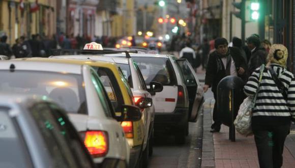 CONGESTIÓN. Taxis informales han tomado los jirones de Lima. (Rafael Cornejo)