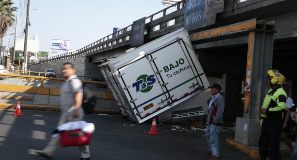 Tras choque con el Puente Pershing, así quedó camión de carga. (Foto: Hugo Pérez / El Comercio)