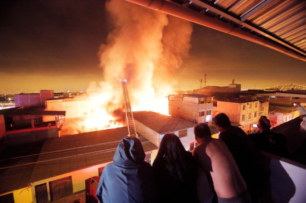Un incendio de gran magnitud consumió esta madrugada dos almacenes en el Parque Industrial de Villa El Salvador. El siniestro provocó grandes pérdidas económicas, según informó el noticiero América Noticias. (Foto: César Grados/ @photo.gec)