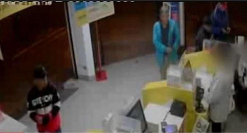 Cámaras de seguridad captaron cómo tres hampones ingresan al local y distraen a las trabajadoras. (América Noticias)