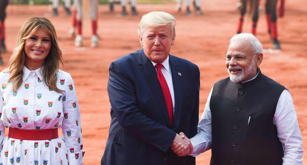 El primer ministro de la India, Narendra Modi, saluda al presidente de los Estados Unidos, Donald Trump, y a la primera dama Melania Trump durante una recepción ceremonial en Rashtrapati Bhavan - El Palacio Presidencial en Nueva Delhi. (AFP)