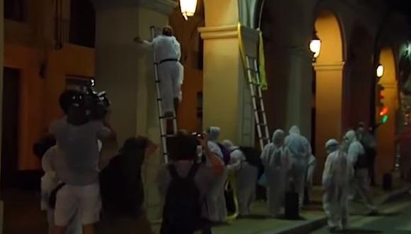 La Brigada de limpieza trabajó durante horas de madrugada retirando lazos amarillos. (Foto: Captura de YouTube)