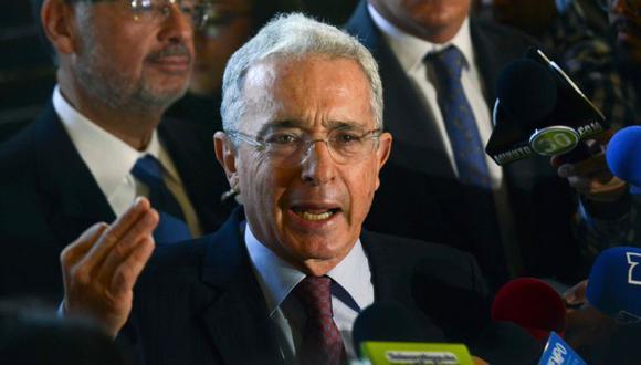 El ex presidente colombiano (2002-2010) y senador Álvaro Uribe Vélez responde preguntas durante una conferencia de prensa en su residencia en Rionegro, departamento de Antioquia, Colombia.  (AFP/JOAQUIN SARMIENTO).