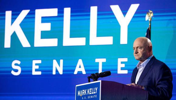 El candidato demócrata al Senado de los Estados Unidos, Mark Kelly, habla con sus partidarios durante el evento de la Noche de las Elecciones en el Hotel Congress. (Courtney Pedroza/AFP).
