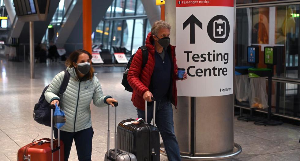 En esta foto de archivo tomada el 9 de febrero de 2021, un letrero dirige a los pasajeros a un centro de pruebas COVID-19 en la Terminal 5 del Aeropuerto Heathrow de Londres. (DANIEL LEAL-OLIVAS / AFP).