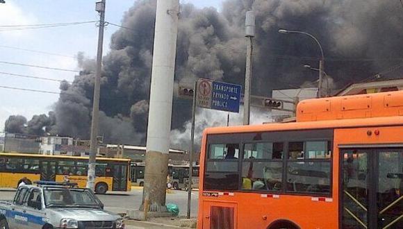 Se registró incendio en fábrica de Independencia. (Twitter)