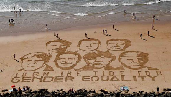Dibujo en la arena de Sam Dougados, de GNO One, que muestra a los líderes del G7, en Biarritz, en la víspera de la cumbre. (Foto: AFP)