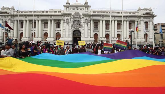 """La Plaza Bolívar recibió esta tarde a decenas de miembros del colectivo """"Marcha del Orgullo"""". (Alessandro Currarino/GEC)"""