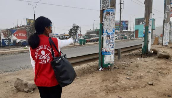 Fiscalizadores del JNE retiraron propaganda electoral colocada cerca a local de votación. (Foto: JNE)