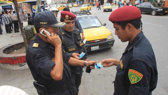 SIN EQUIPOS. Los agentes utilizan sus propios celulares para tomar contacto en casos de emergencias. (Perú21)