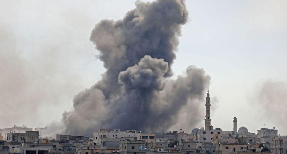 El humo tras un ataque en la ciudad de Al-Sayrab, al sureste de Idlib. Defensa Civil de Siria señaló que ayer murieron 16 civiles y se produjeron 23 heridos. (AFP).