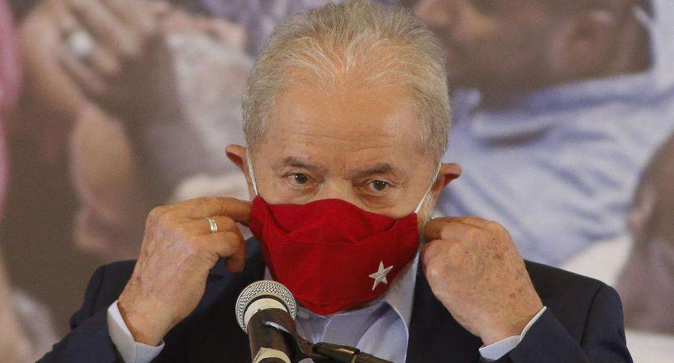 El expresidente Luiz Inácio Lula da Silva, se pone una mascarilla durante una conferencia de prensa en Sao Bernardo do Campo, en el área metropolitana de Sao Paulo, Brasil, el 10 de marzo de 2021. (Miguel SCHINCARIOL / AFP).