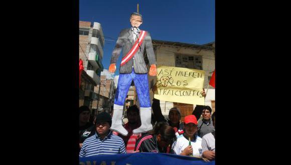 PIDEN SU CABEZA. Azuzados por radicales, un sector de cajamarquinos rechaza al presidente Humala. (Difusión)