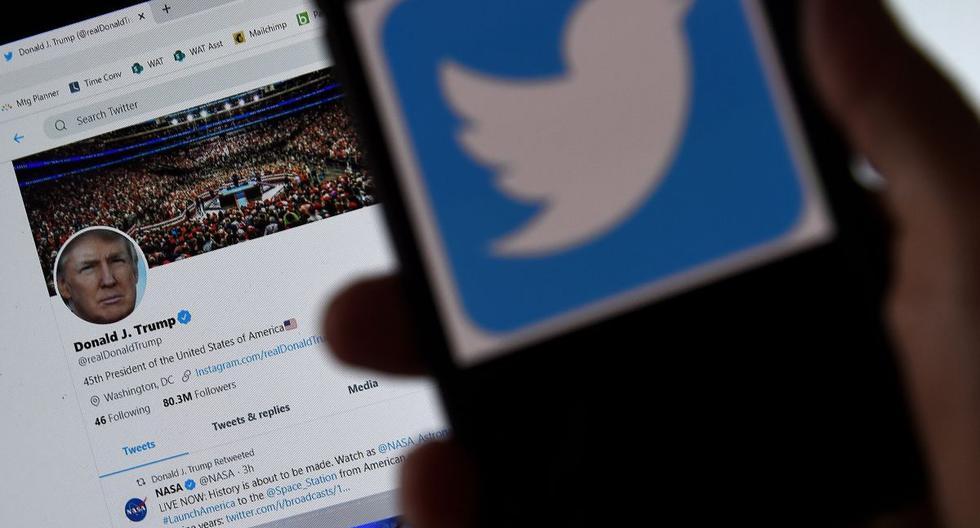 En esta ilustración fotográfica, se muestra un logotipo de Twitter en un teléfono móvil con la página de Twitter del presidente Trump en segundo plano. (AFP/Olivier DOULIERY).