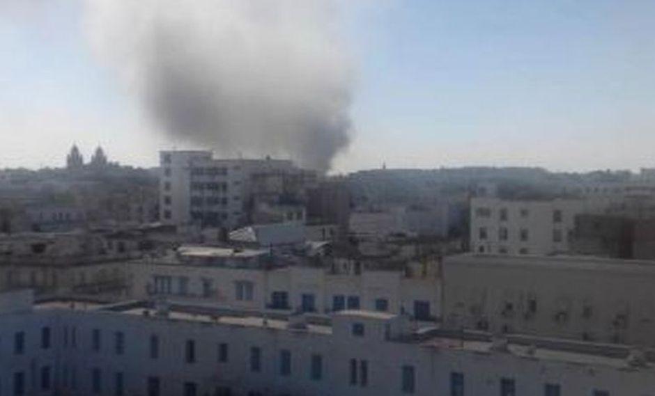 Una de las imágenes difundidas por las redes sociales de la explosión en la capital de Túnez. (Foto: Twitter/@ramiBenM)