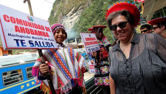 Visita festiva. La embajadora de EE.UU. fue recibida por los pobladores en medio de una fiesta. (ANDINA)