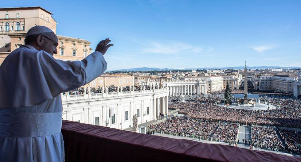 El papa Francisco entregó su tradicional bendición del día de Navidad desde el balcón central de la Basílica de San Pedro en el Vaticano. (Foto: EFE)