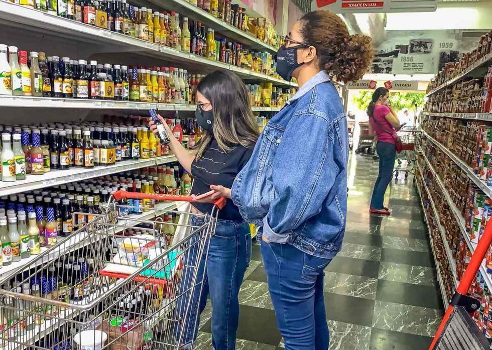 Varias mujeres escogen productos en un pasillo de un supermercado en la ciudad de Caracas (Venezuela). (EFE/ Miguel Gutiérrez).