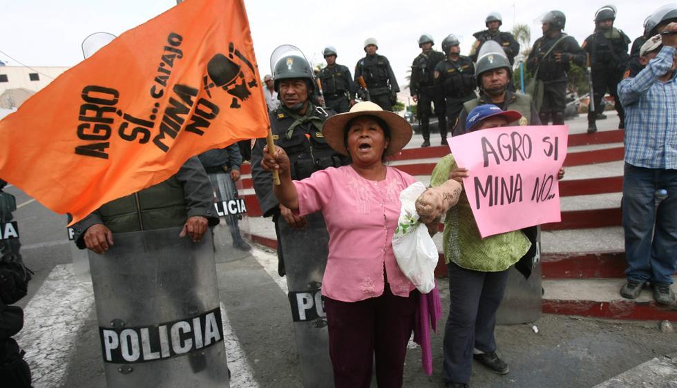 Pobladores antimineros protestaron durante la presentación del Estudio de Impacto Ambiental (EIA) del Proyecto Tía María, que estuvo a cargo de la minera Southern Perú. (Heiner Aparicio)