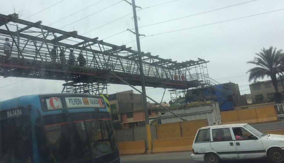 WhatsApp: En Surco, peatones arriesgan su vida al utilizar puente en reparación. (WhatsApp21)