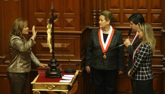 Rosario Sasieta juramenta como congresista para el periodo 2006-2011, ante Martha Hildebrandt, Carlos Torres Caro, Luciana León. (GEC Archivo)