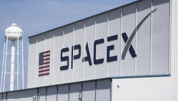 El lanzamiento estaba previsto para el sábado, pero SpaceX decidió postergarlo para reemplazar una válvula y revisar los motores del cohete. En la foto, el hangar SpaceX, en el Centro Espacial Kennedy en Florida. (Foto: AFP)