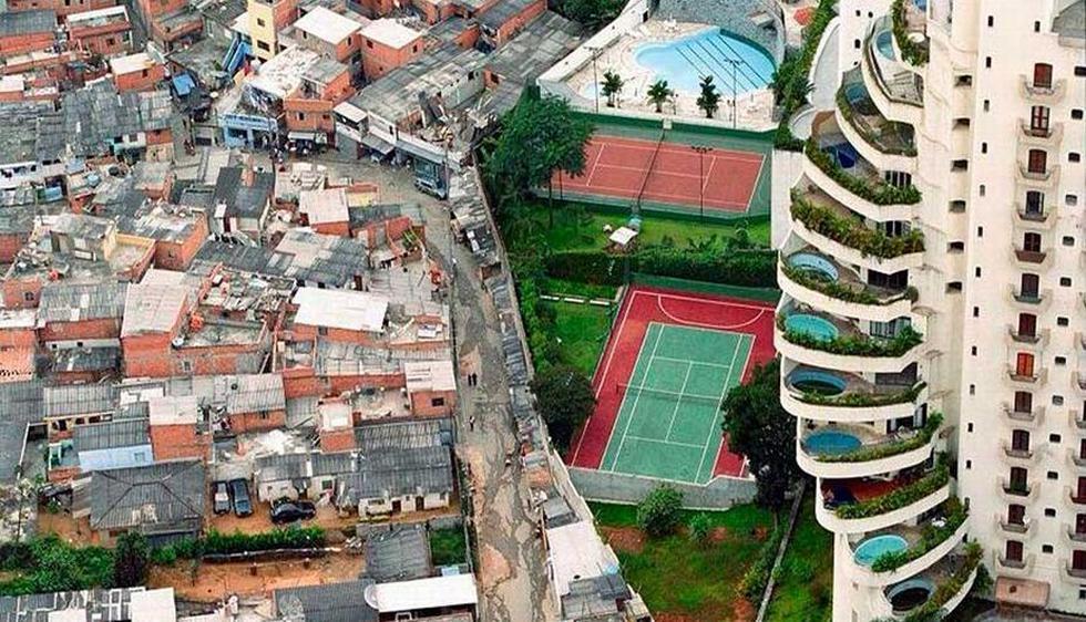 Departamentos de lujo y una favela, separados por un muro en Sao Paulo, Brasil. (Upsocl)