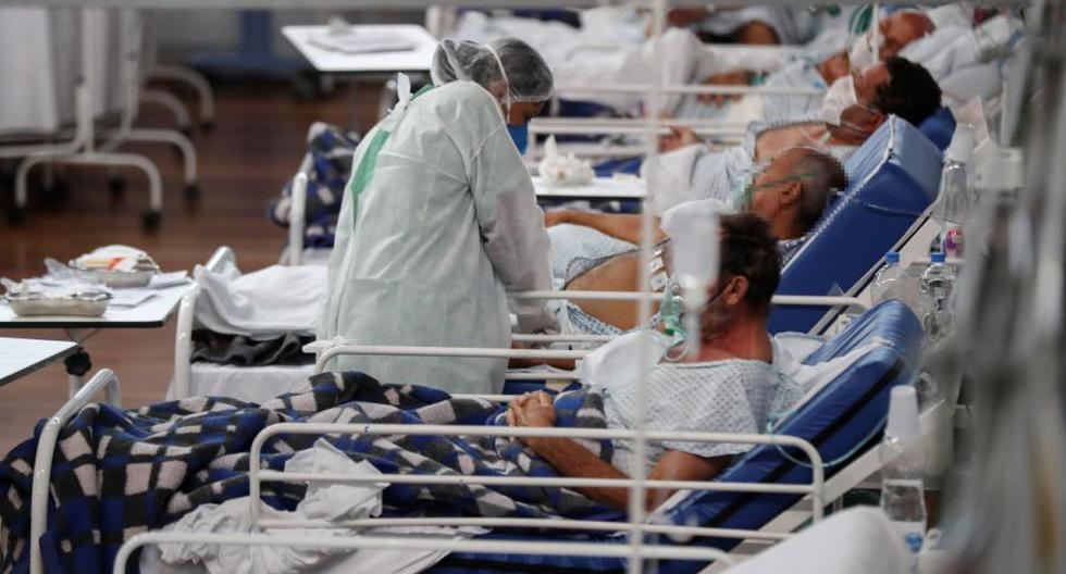 Una trabajadora de la salud atiende a pacientes con la Covid-19, en el Hospital Municipal de Campaña Pedro Dell Antonia, el 15 de abril de 2021 en la ciudad de Santo André, en el estado de Sao Paulo (Brasil). EFE/ Sebastiao Moreira
