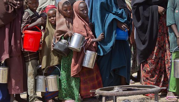Niños hacen fila para recibir una comida en un centro de distribución de alimentos para desplazados por hambruna en Mogadiscio, Somalia. (Foto: AP/Archivo)