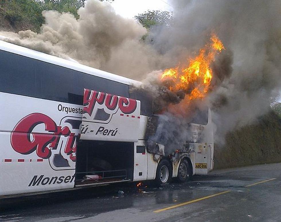 Integrantes de la banda musical Grupo 5 se salvaron de morir tras incendiarse su bus particular. (Igor Serrato Pupuche)