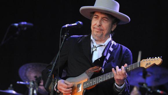 Bob Dylan finalmente recibió el galardón, pero no pronunció discurso alguno.