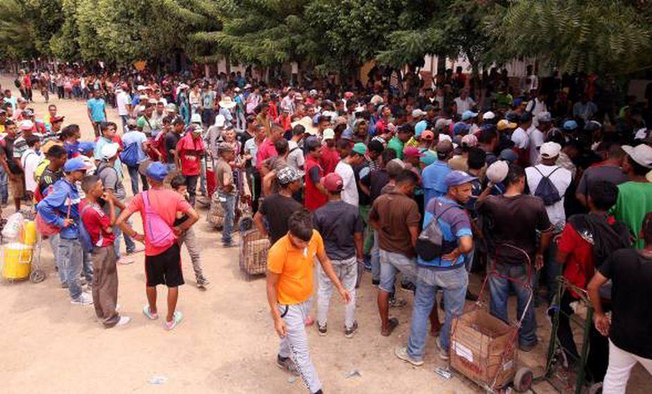 Venezolanos hacen fila para recibir una ración de comida en el comedor Divina Providencia, en Cúcuta, Colombia. (Foto: EFE)